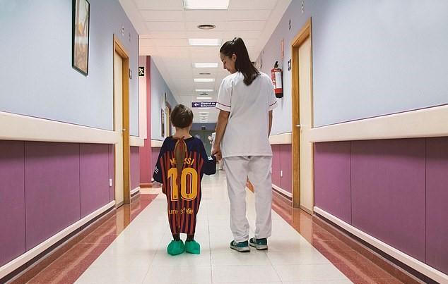 """Camisetas de fútbol recicladas en batas de hospital en España para ayudar a los niños enfermos a hacer frente a su """"partido más difícil""""."""